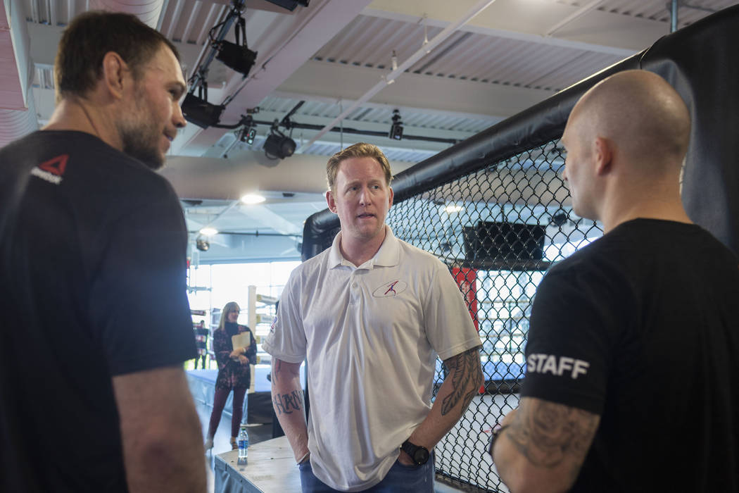 Forrest Griffin, miembro del Salón de la Fama de UFC, izquierda, el ex líder de SEAL Team Six ...