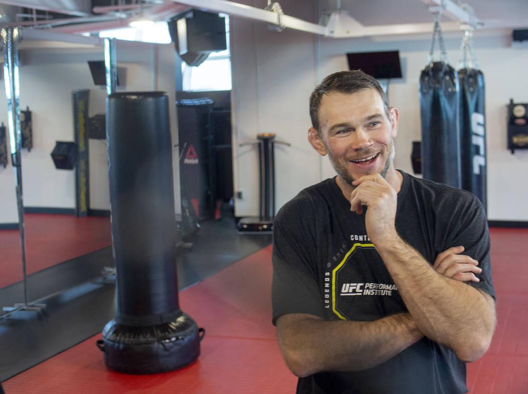 El miembro del Salón de la Fama de UFC, Forrest Griffin, en el UFC Performance Institute en La ...
