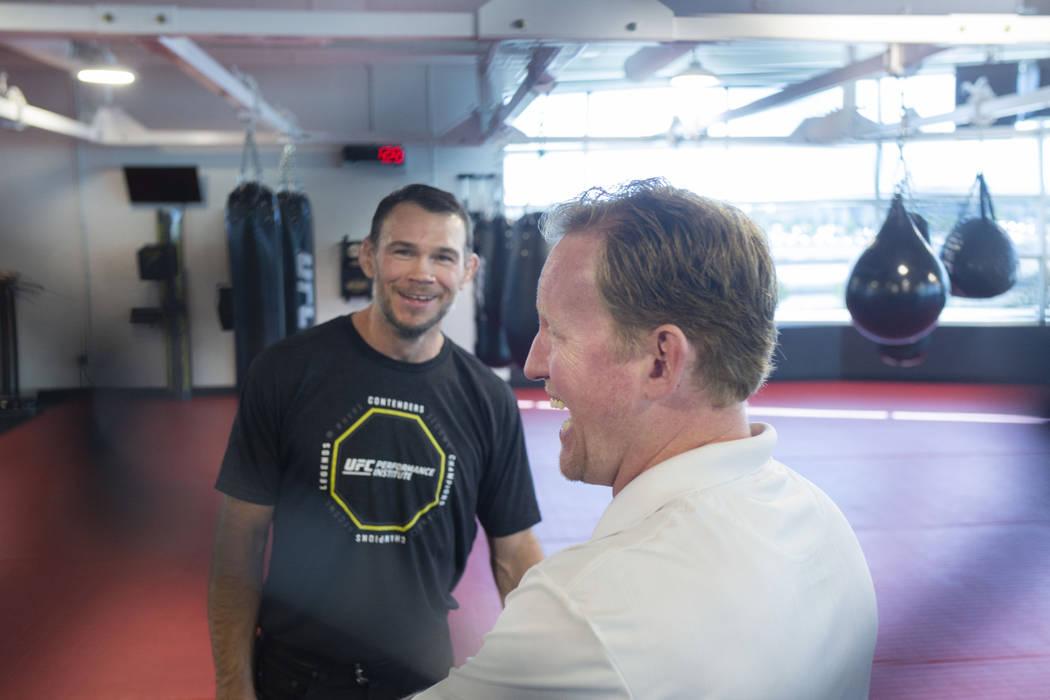 El miembro del Salón de la Fama de UFC, Forrest Griffin, a la izquierda, y el ex líder del SE ...