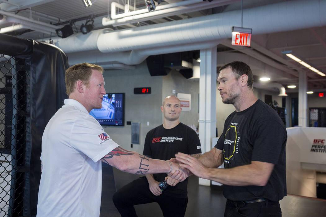 El ex líder de SEAL Team Six, Rob O'Neill, a la izquierda, el vicepresidente de operaciones de ...