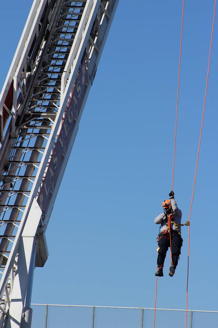 Hasta 100 pies de altura escala un bombero de solo una cuerda. Sábado 12 de octubre de 2019 en ...