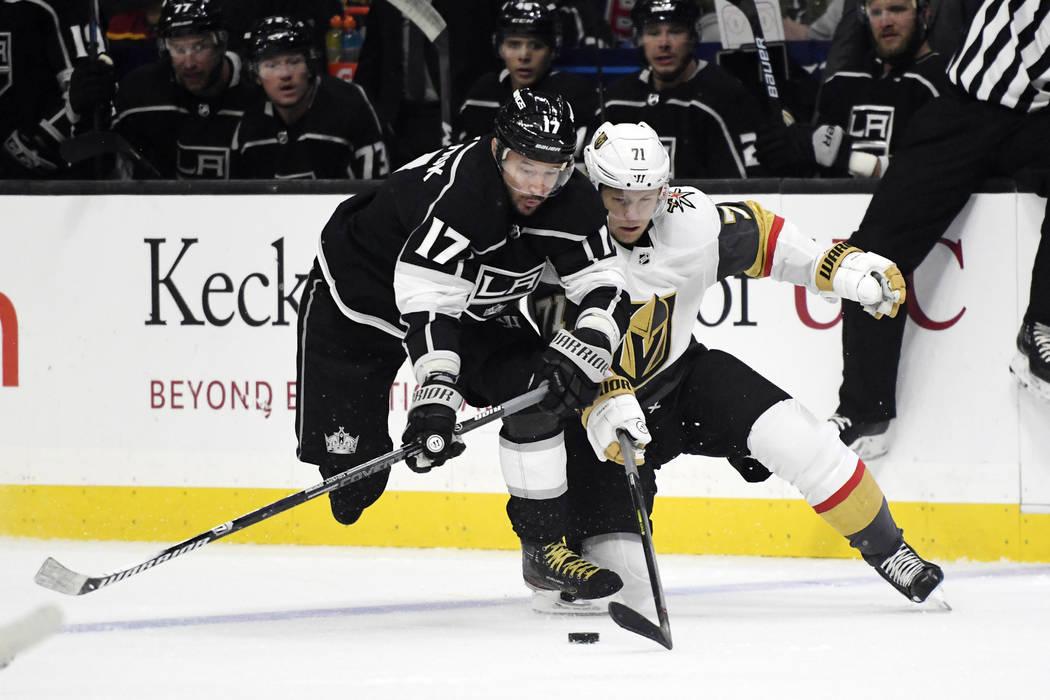 El ala izquierda de Los Ángeles Kings, Ilya Kovalchuk (17) y el centro de los Vegas Golden Kni ...
