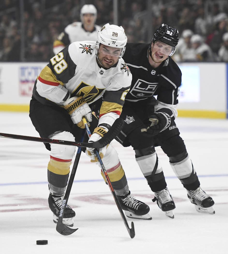 El ala izquierda de los Vegas Golden Knights, William Carrier, izquierda, y el ala izquierda de ...