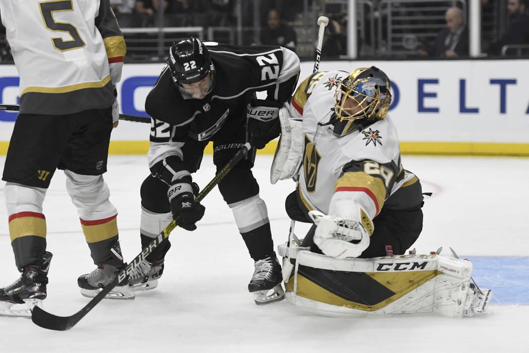 El portero de los Golden Knights de las Vegas, Marc-Andre Fleury, hace un bloqueo mientras el c ...