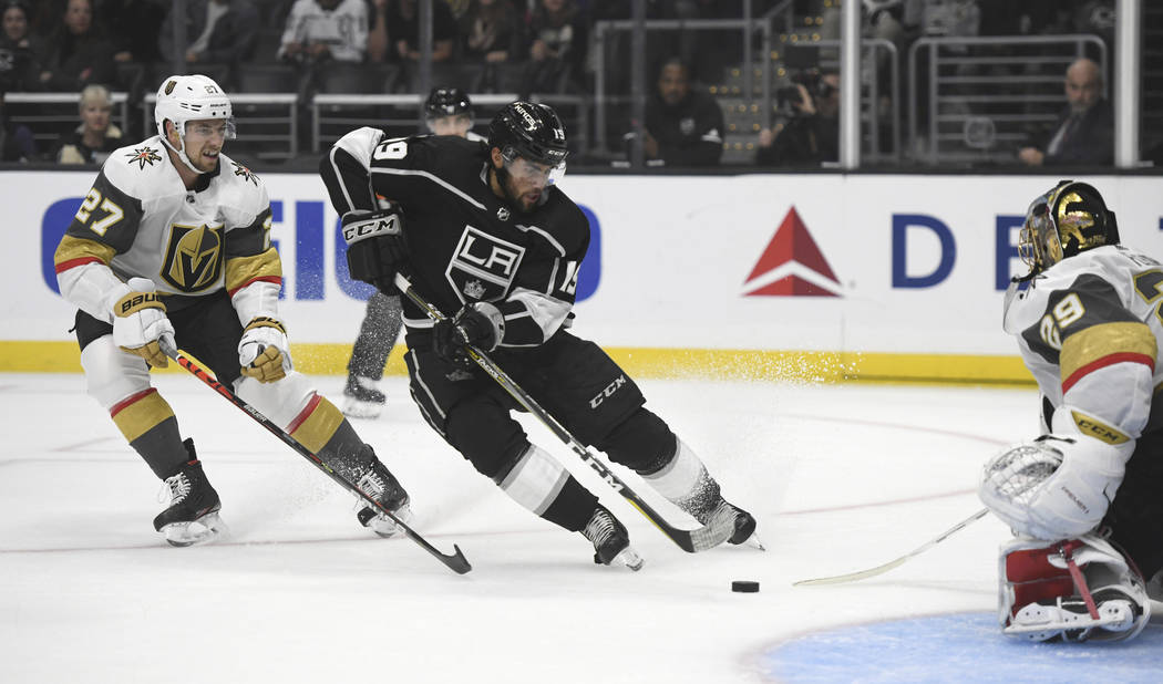 El centro de Los Ángeles Kings, Alex Iafallo, dispara contra el portero de los Golden Knights ...