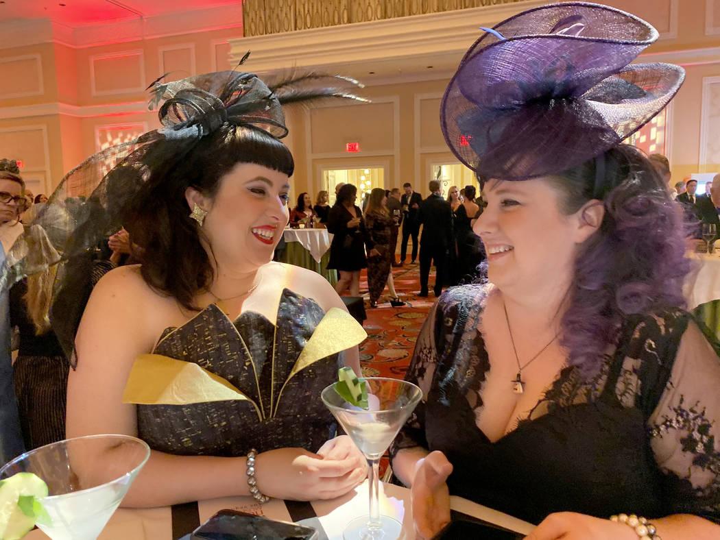 Las hermanas Megan y Nikki Harvey de Canadá conviven durante la hora del cóctel en el Boneyar ...