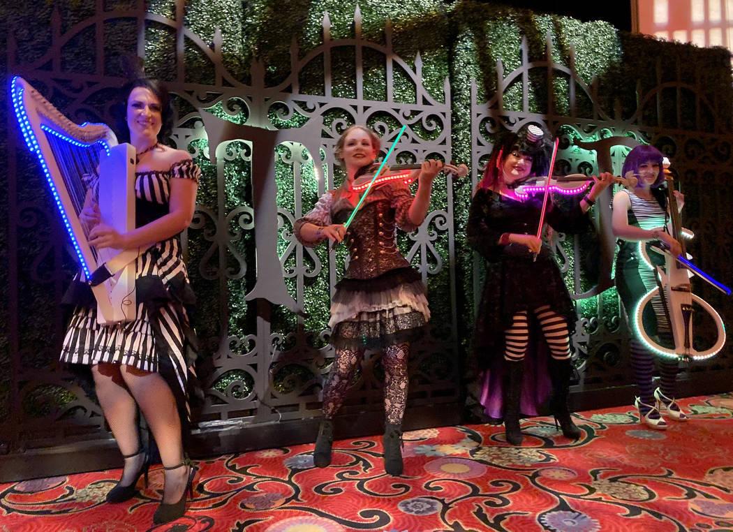 Miembros de Violectric de Orlando, de izquierda a derecha, Madison Harding, Lexy Parsons, Miche ...