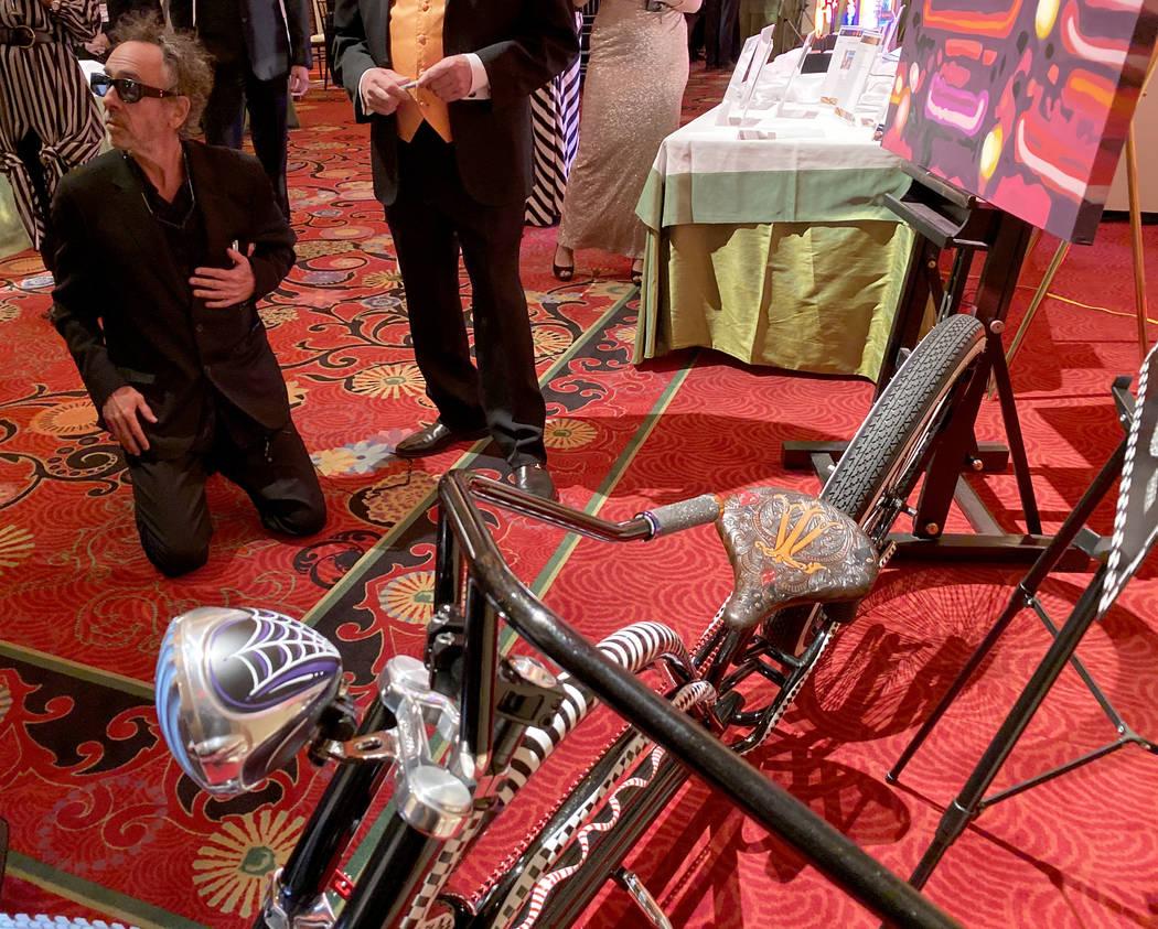 Tim Burton firma una bicicleta personalizada de Brad Marlon para subastarla durante la hora del ...