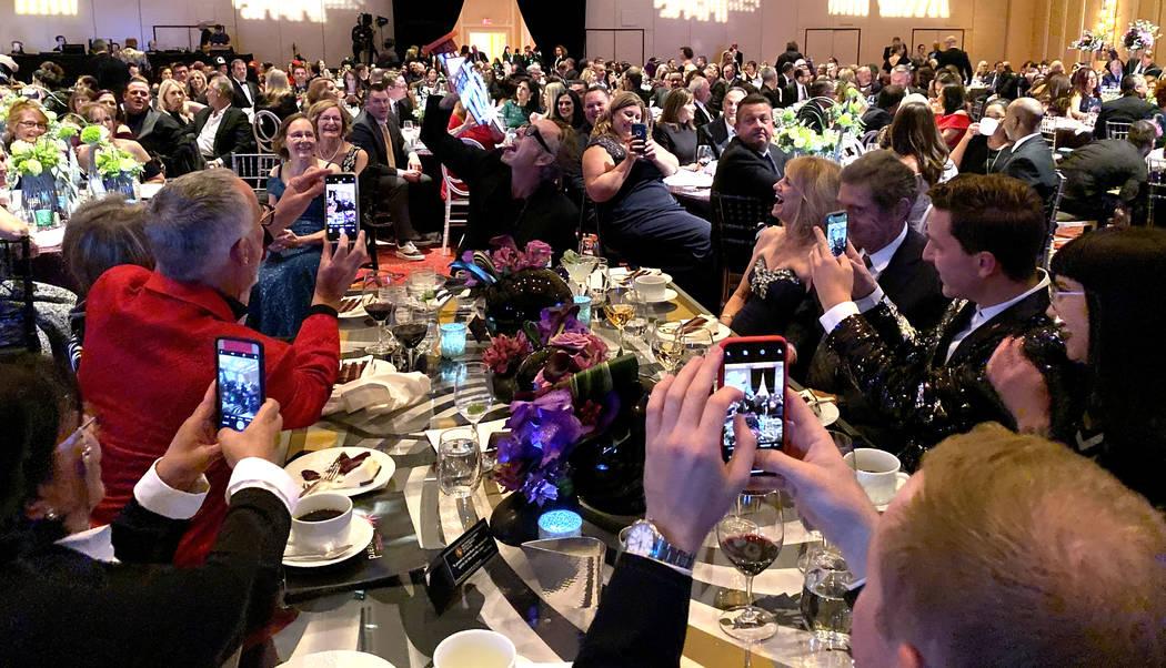 Tim Burton posa con el Premio Glow en el Boneyard Ball anual del Neon Museum en Encore Las Vega ...