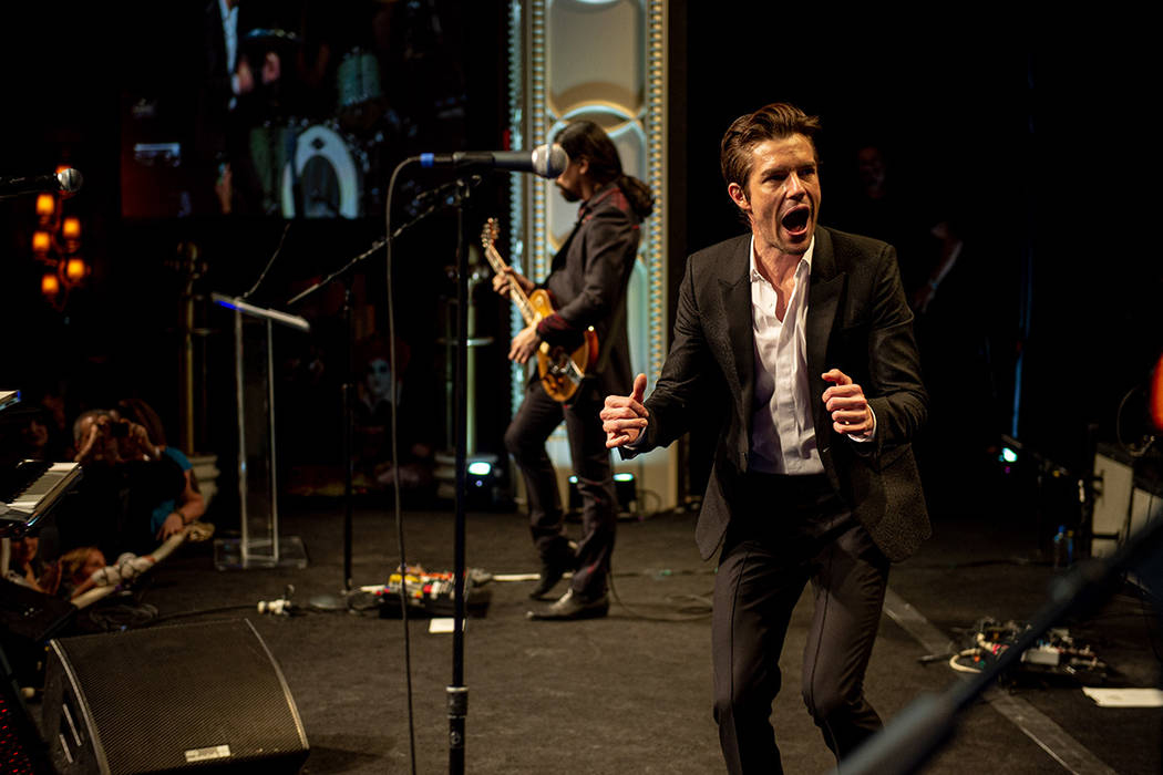 Brandon Flowers de The Killers se presenta en el Boneyard Ball anual del Museo Neón en Encore ...