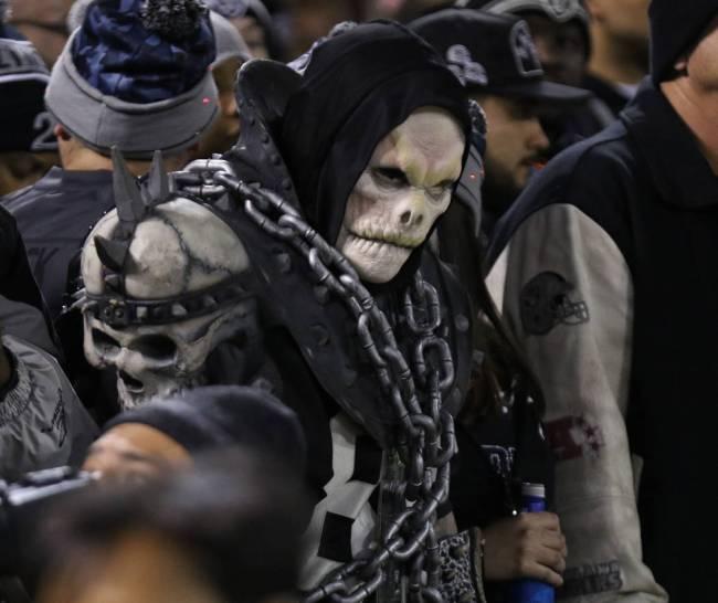 Es un misterio cómo este aterrador fanático beberá la cerveza con un rostro tan misterioso. ...