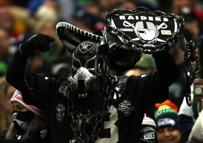 Este luchador enmascarado vive y respira todas las cosas de los Raiders.. (Heidi Fang/Las Vegas ...