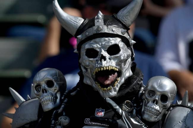 Los dientes amarillentos de este fan intimidante parecen sugerir que han tenido una ventaja sob ...