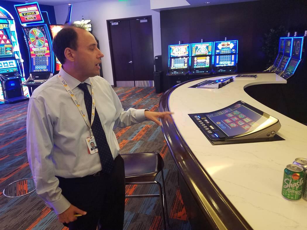 Nick Khin, director comercial de juegos para IGT, muestra el nuevo gabinete de bartop de pantal ...