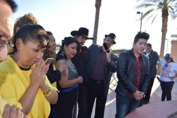 Durante la ceremonia mucha gente habló sobre Erick, también un artista local y un sobrevivien ...
