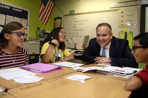 El superintendente escolar del Condado de Clark, el doctor Jesús Jara, visita a los estudiante ...