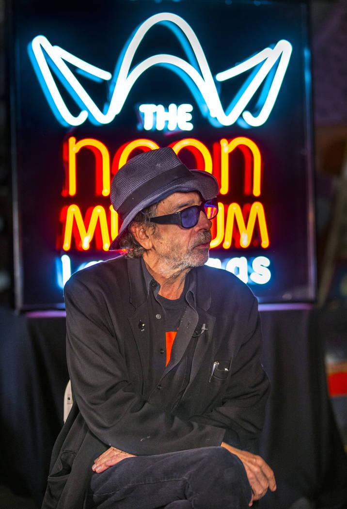 """El director y artista Tim Burton habla sobre su nueva exposición de arte """"Lost Vegas @Neon Mus ..."""