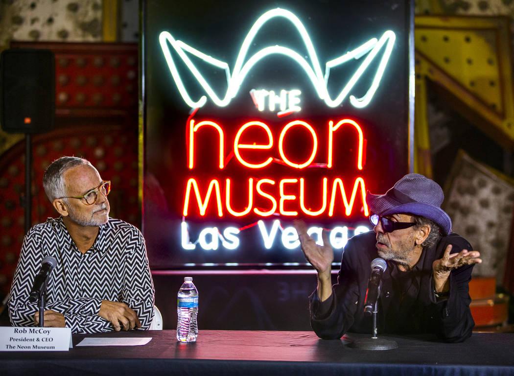 El director y artista Tim Burton, a la derecha, habla con el presidente y director ejecutivo de ...