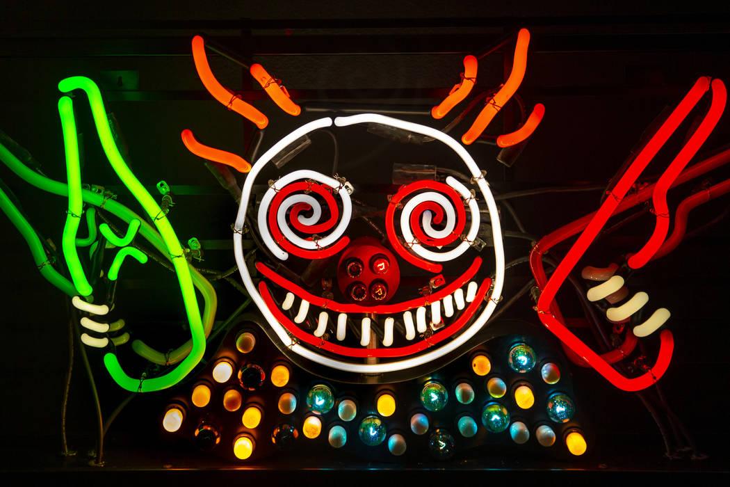 """La pieza de arte """"Guns 'N' Booze"""" de Tim Burton cuelga en su exposición de arte """"Lost Vegas @N ..."""