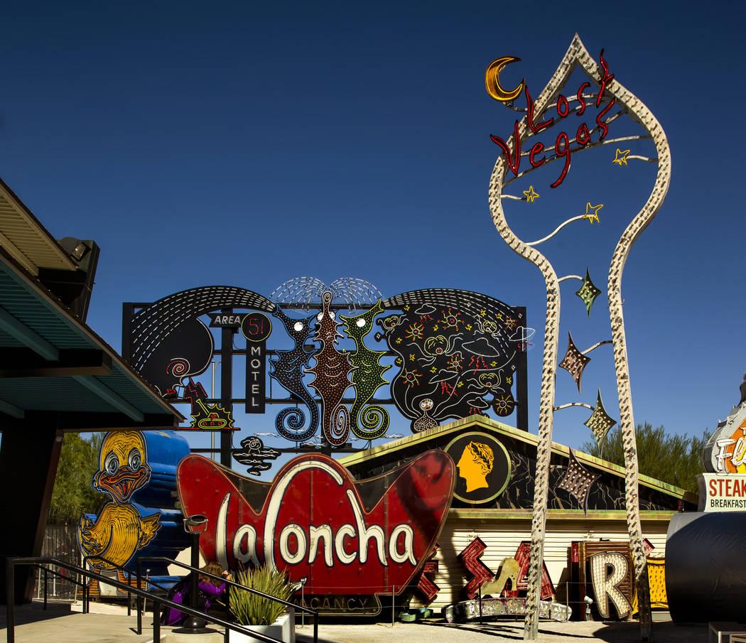 """Piezas de arte """"Neon Grid Wall"""" a la izquierda con """"Lost Vegas Sign Tower"""" de Tim Burton en su ..."""