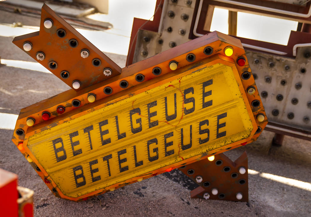 """La pieza de arte """"Betelgeuse Sign"""" de Tim Burton en su exposición de arte """"Lost Vegas @Neon Mu ..."""
