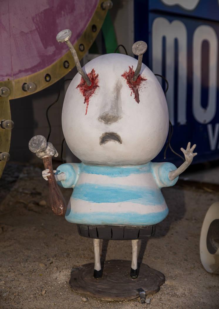 """La pieza de arte """"Boy with Nails in his Eyes"""" de Tim Burton en su exposición de arte """"Lost Veg ..."""