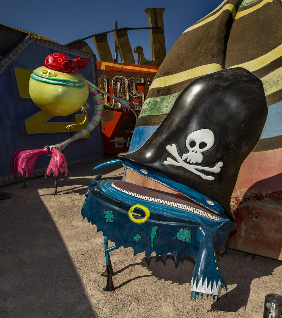 """La pieza de arte """"Pirates"""" de Tim Burton en su exposición de arte """"Lost Vegas @Neon Museum"""" el ..."""