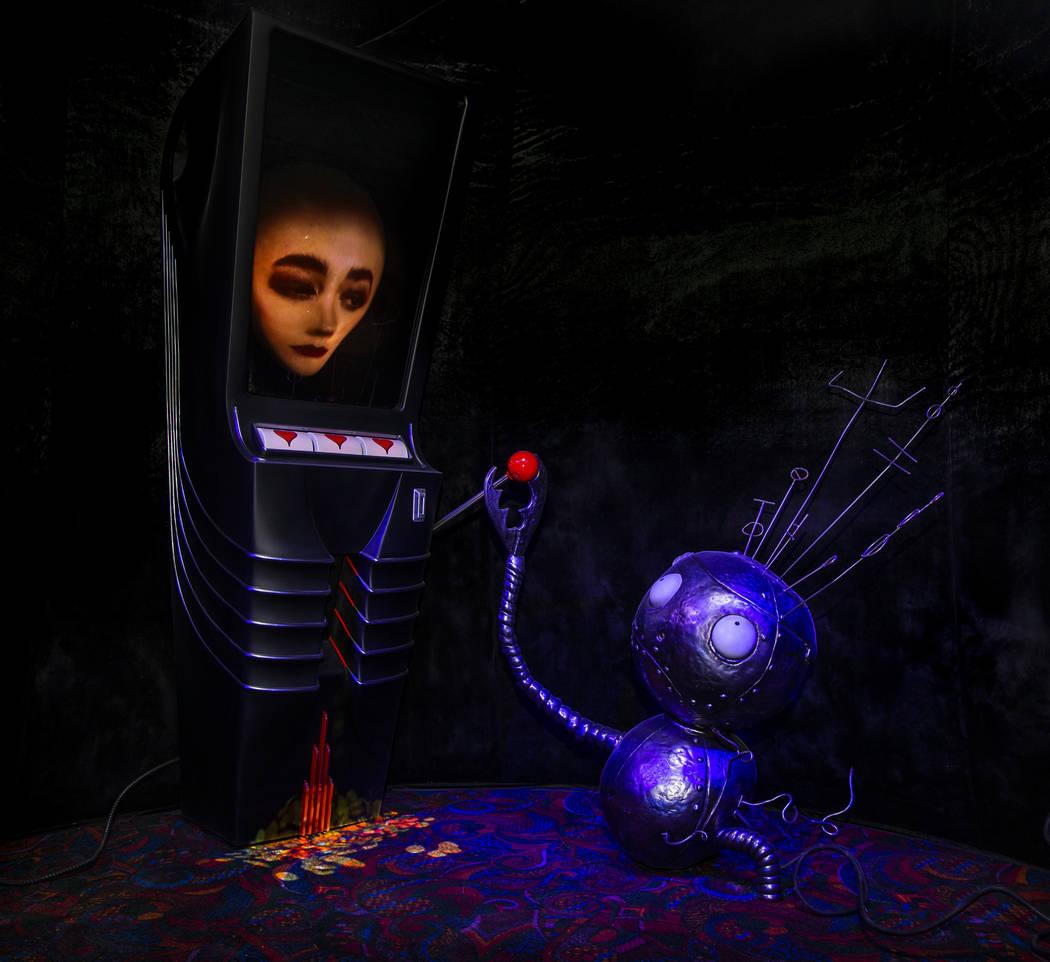"""La pieza de arte """"Robot Boy and Slot Machine"""" de Tim Burton en su exposición de arte """"Lost Veg ..."""