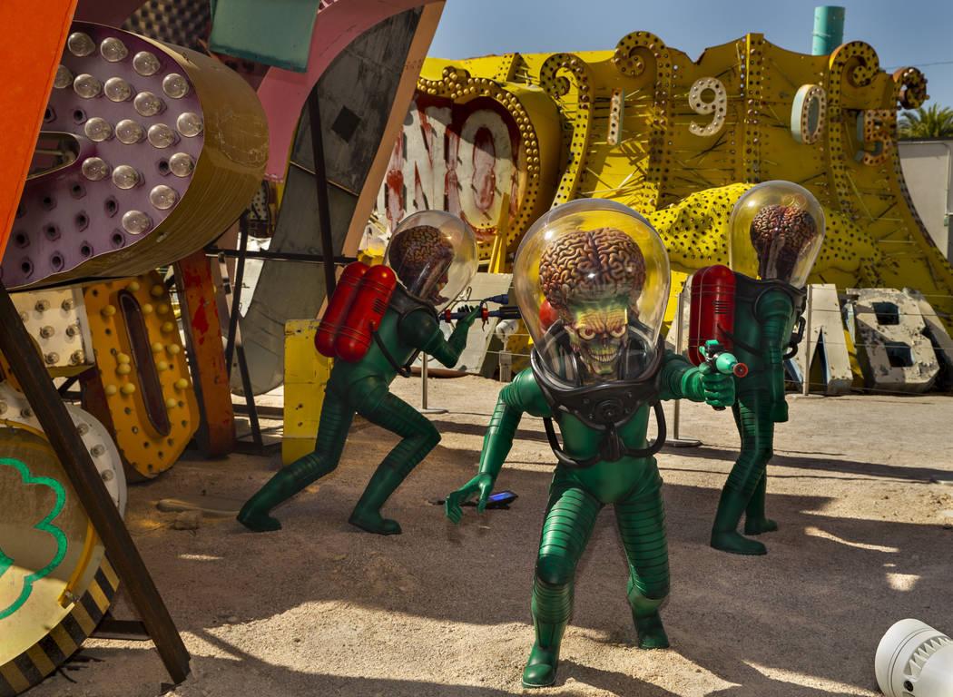 """La pieza de arte """"Martians"""" de Tim Burton en su exposición de arte """"Lost Vegas @Neon Museum"""" e ..."""