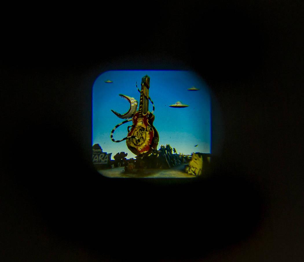 """La pieza de arte """"Viewports"""" de Tim Burton en su exposición de arte """"Lost Vegas @Neon Museum"""" ..."""