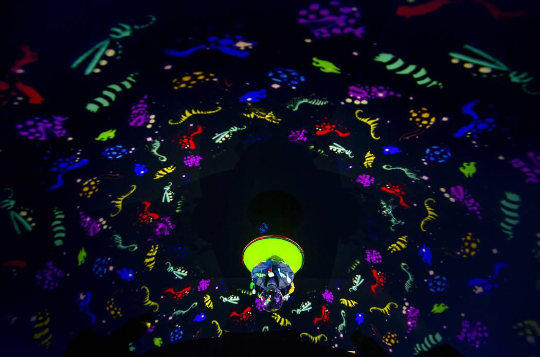 "La pieza de arte ""Carousel"" de Tim Burton en su exposición de arte ""Lost Vegas @Neon Museum"" e ..."