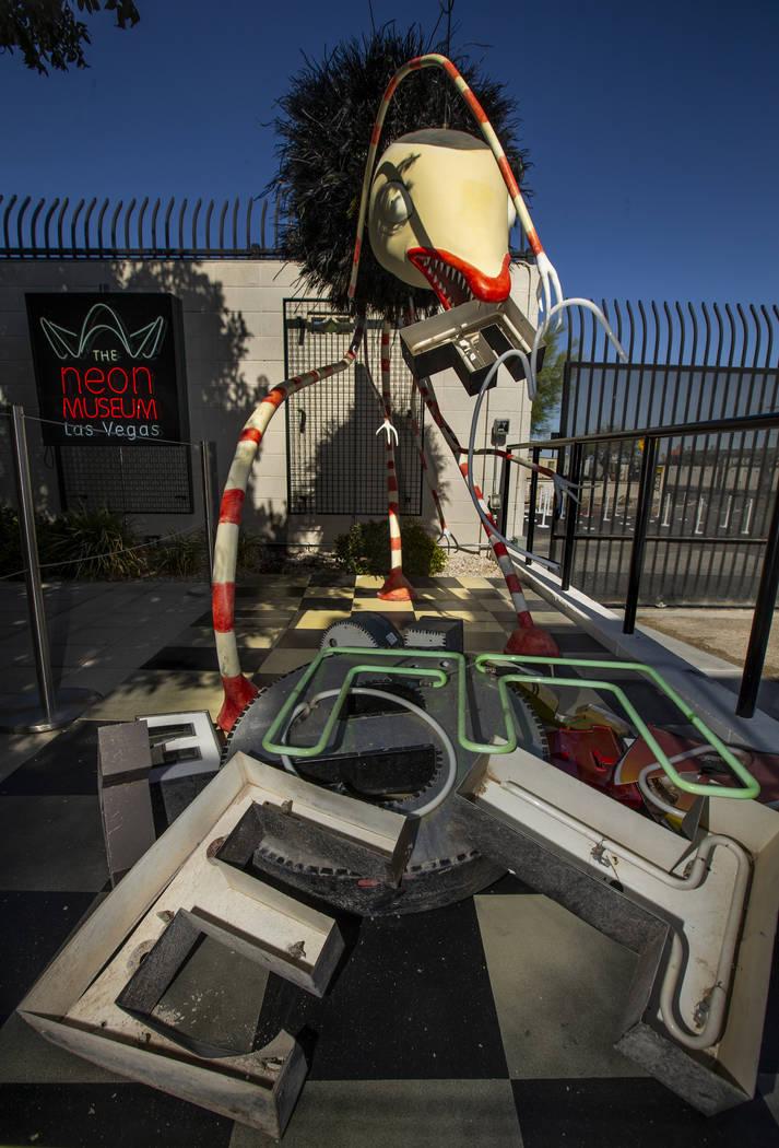 """La pieza de arte """"Alien Ex"""" de Tim Burton en su exposición de arte """"Lost Vegas @Neon Museum"""" e ..."""