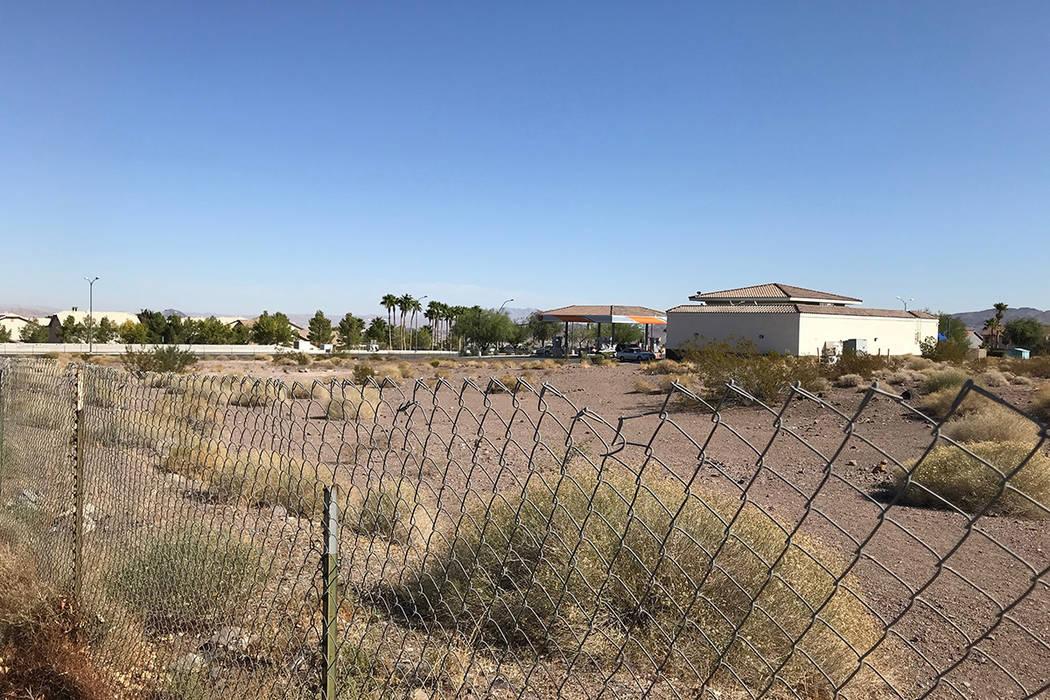 El lote vacante en Mission Drive y Horizon Ridge Parkway podría albergar un centro de vivienda ...
