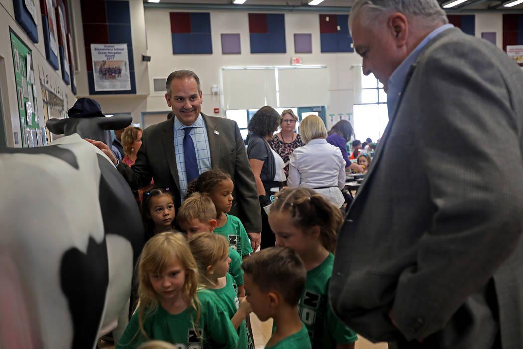 El Superintendente del Distrito Escolar del Condado de Clark, Jesús Jara, en el centro, se rí ...