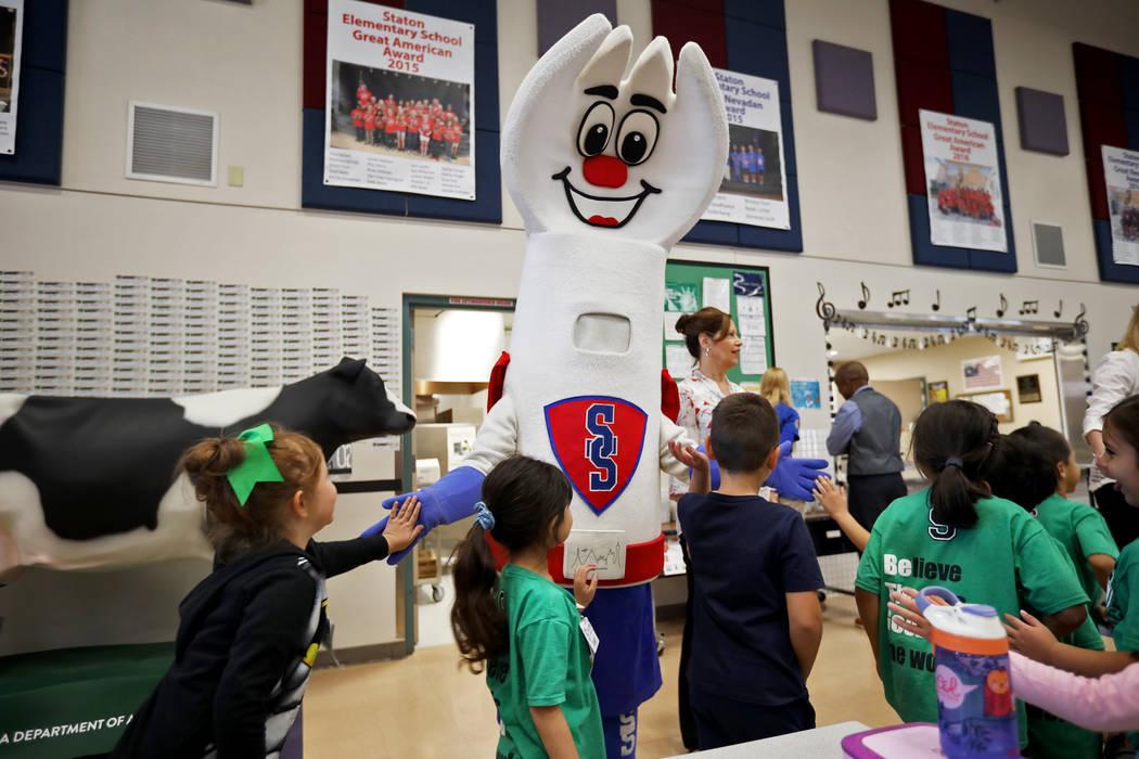 La mascota de los servicios de alimentos del Distrito Escolar del Condado de Clark, Sporky, cho ...