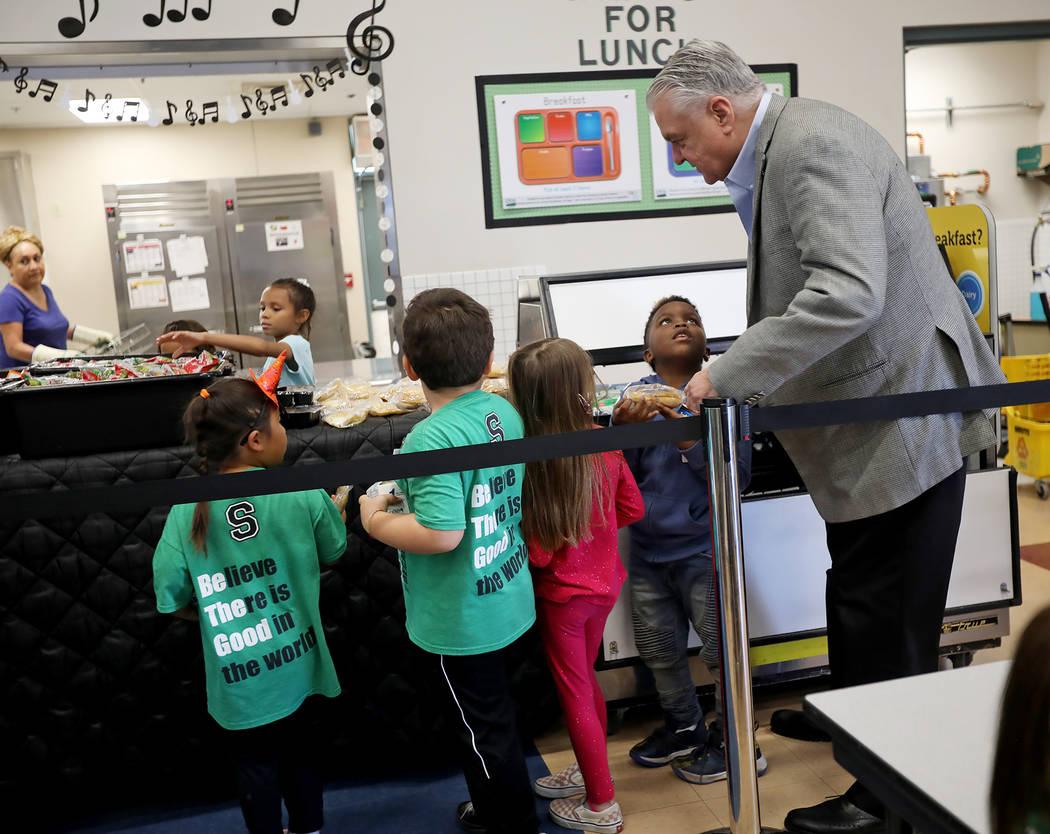 El gobernador Steve Sisolak habla con el estudiante Samar Sims, de cinco años, en la fila del ...