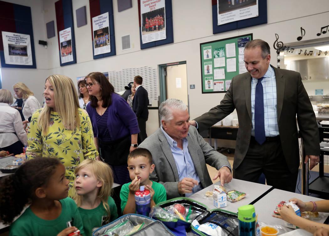 El Superintendente del Distrito Escolar del Condado de Clark, Jesús Jara, a la derecha, saluda ...