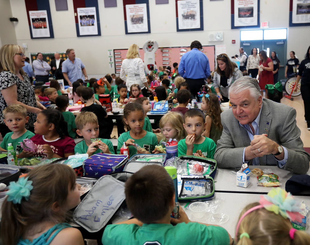 El gobernador Steve Sisolak almuerza con Cade Christafaris, 5, desde la izquierda, Elizabeth Be ...
