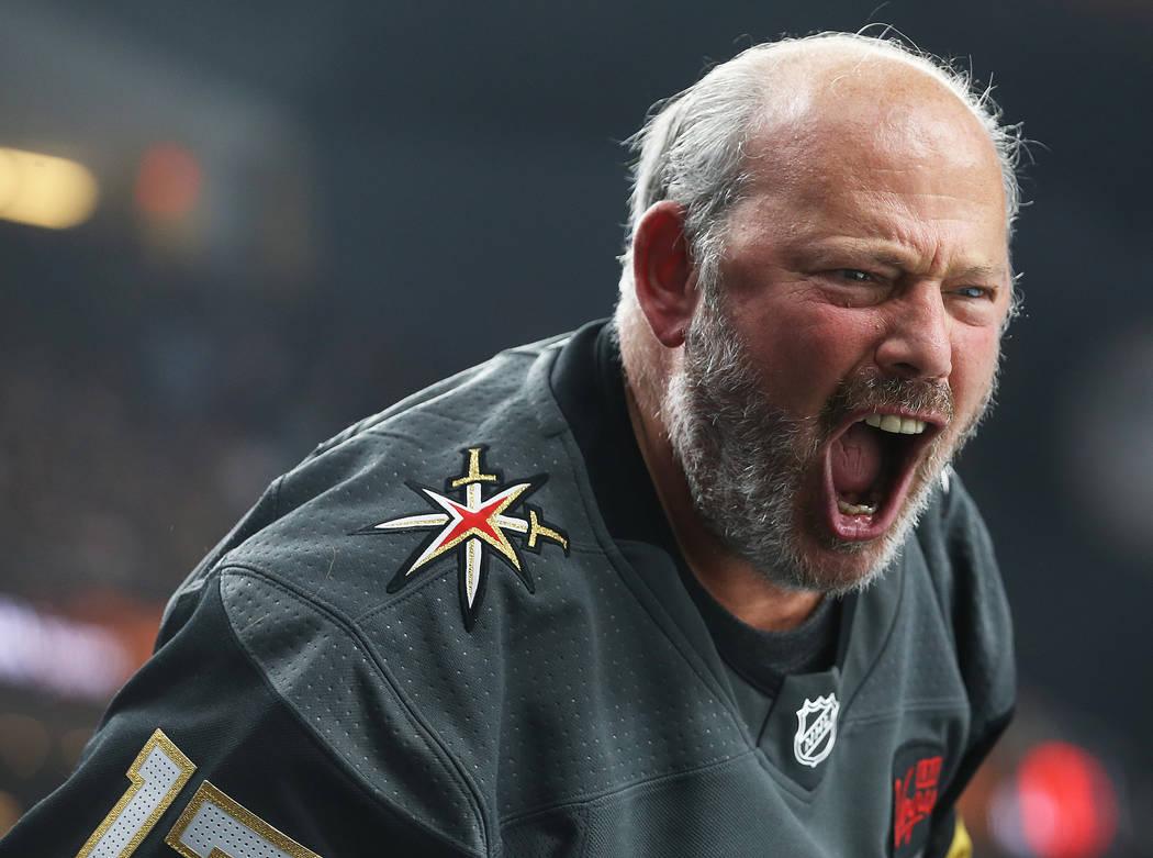 Un fan de los Golden Knights grita durante el primer tiempo del partido de hockey de la NHL de ...