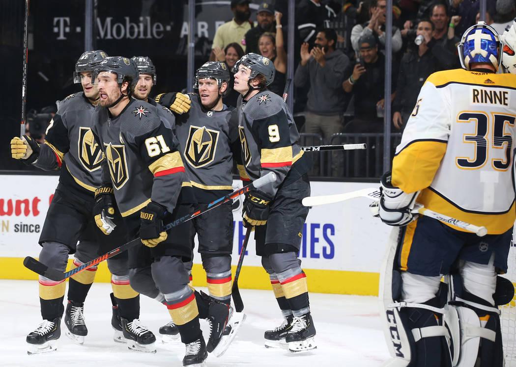 El ala derecha de los Vegas Golden Knights, Mark Stone (61), celebra con sus compañeros de equ ...