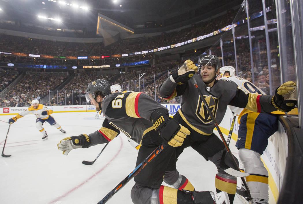 El ala derecha de los Vegas Golden Knights, Mark Stone (61) y el ala izquierda, Max Pacioretty ...
