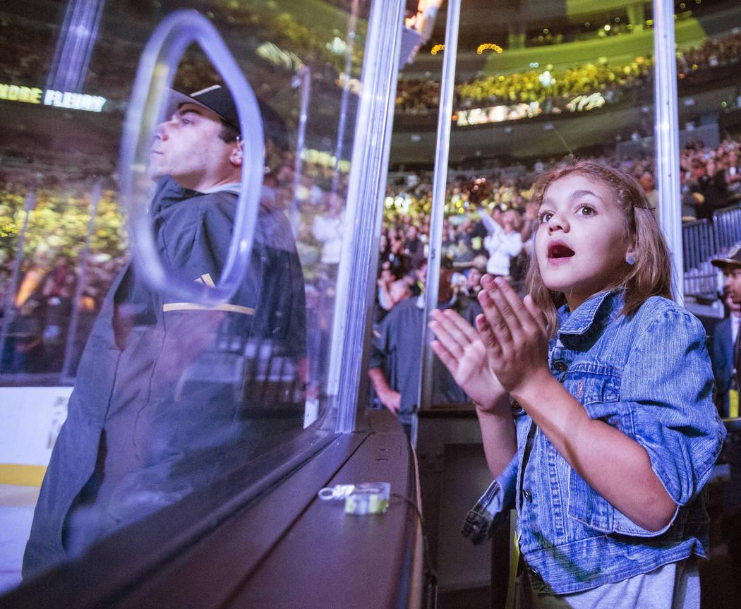 Una fan de los Golden Knights grita durante el primer tiempo del partido de hockey de la NHL de ...