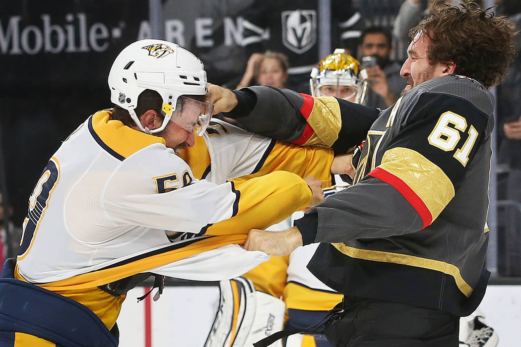 El ala derecha de los Vegas Golden Knights, Mark Stone (61), lucha contra el defensa de Nashvil ...