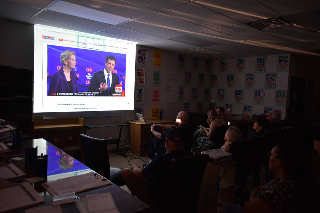 Decenas de simpatizantes de Elizabeth Warren se reunieron para presenciar el debate presidencia ...