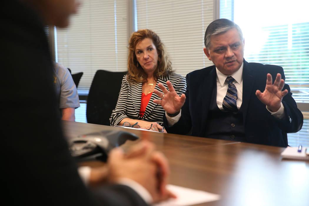 El subjefe retirado del Departamento de Policía Metropolitana, Al Salinas, es entrevistado sob ...