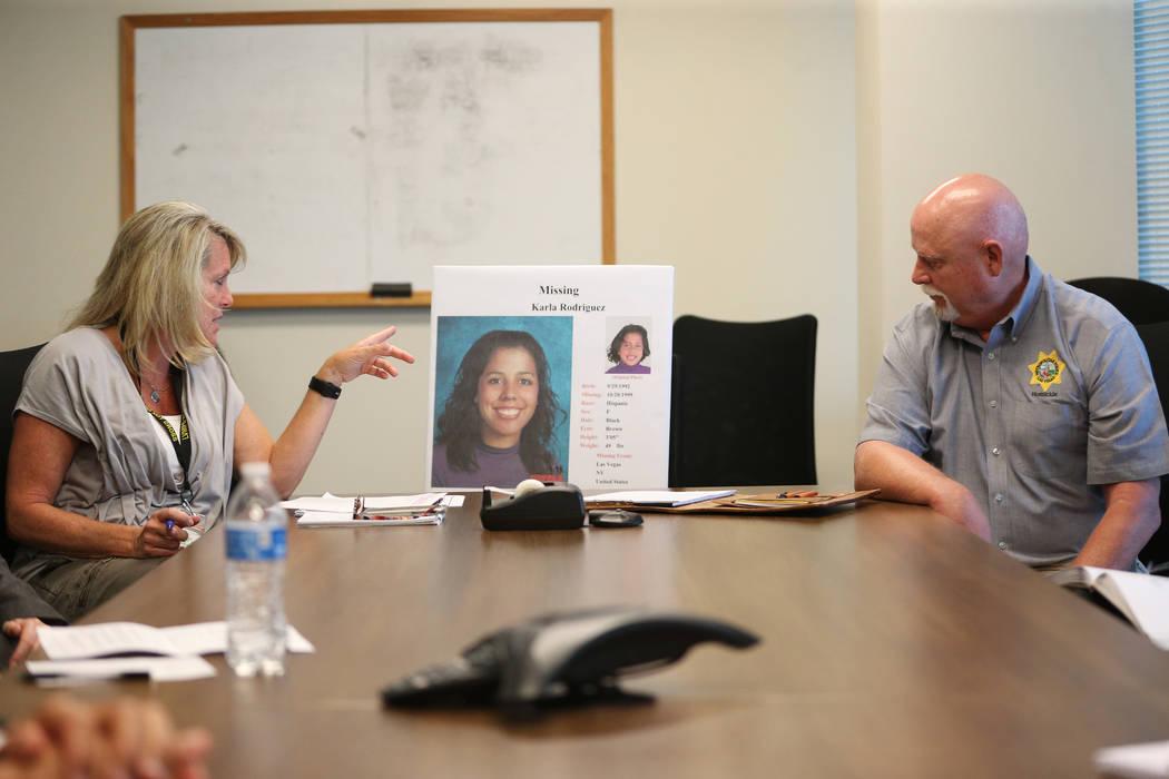 Terri Miller, investigadora de homicidios, a la izquierda, y Dan Long, investigador de homicidi ...