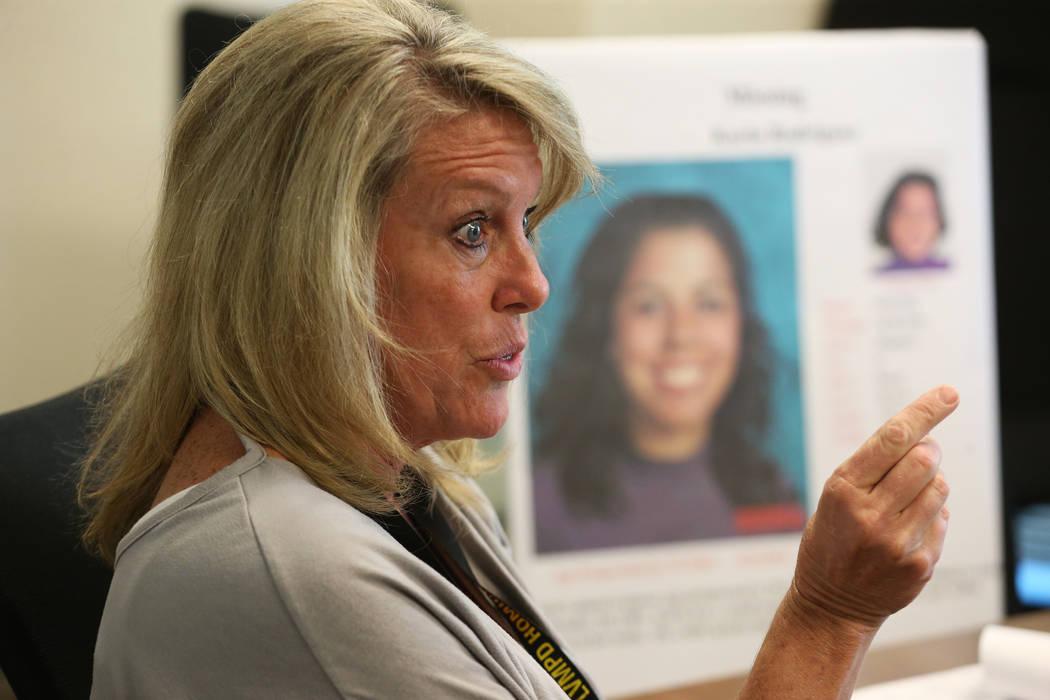 La investigadora de homicidios sin resolver, Terri Miller, es entrevistada sobre el caso sin re ...