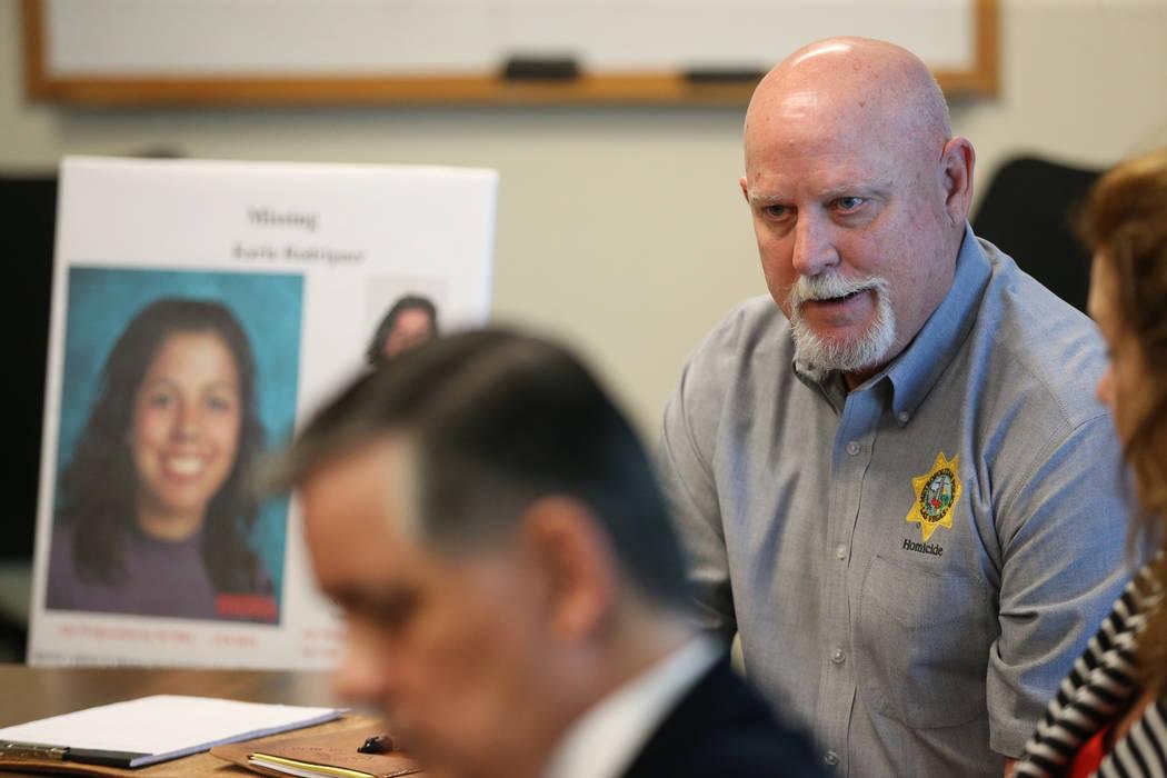 El investigador de homicidios sin resolver, Dan Long, es entrevistado sobre el caso sin resolve ...