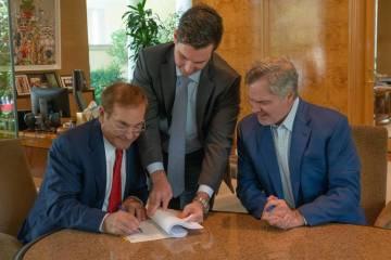 Phil Ruffin, a la izquierda, firma un acuerdo para comprar Circus Circus de MGM Resorts Interna ...