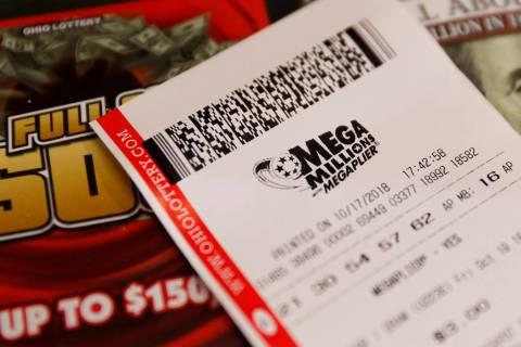 Un boleto de lotería Mega Millions en el mostrador de una tienda. (AP Photo/John Minchillo)